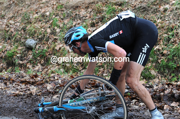 Michael Barry has crashed on muddy lanes between the Taaienberg and the Eikenberg...