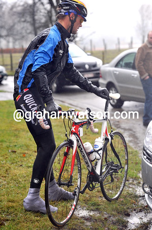 Tom Boonen abandons just after the feed, the temperatures are around the five-degrees C mark...