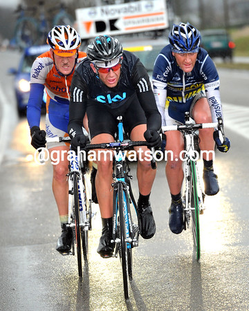 Stannard's strength has created a trio in front - the Brit' has Rick Flens and Bobby Tracksel with him - and they lead by almost one minute..!