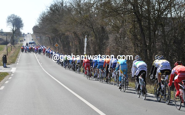 The peloton is averaging a high speed with a massive tailwind blowing them along...