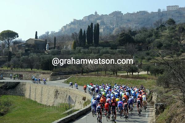 The race has slowed up just in time to admire the splendour of Gordes in Provence...