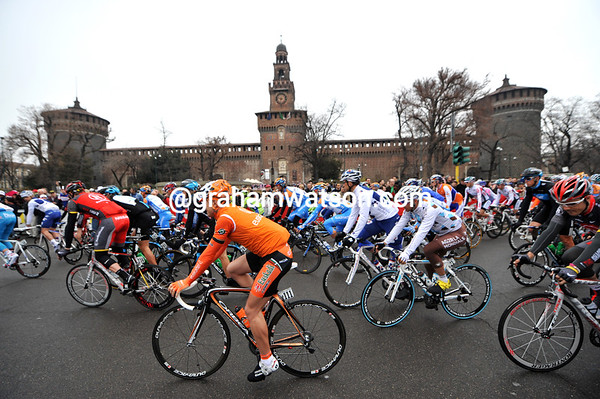 The peloton leaves the start in Milano, under cloudy skies...