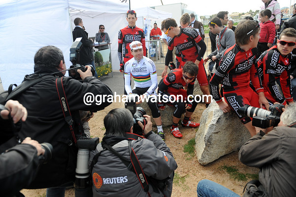 Cadel Evans is the first of the big stars to arrive in Porto Vecchio, he has the paparazzi's exclusive attention...