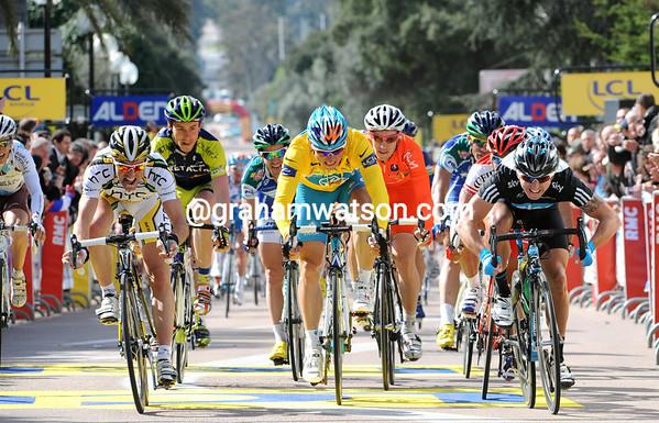 It's a close finish into Porto Vecchio - Albasini, Fedrigo and Downing are sprinting for the line...