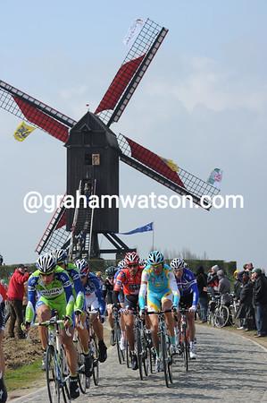 The peloton crosses the cobbles at Wannegem-Lede with a ten minute deficit...