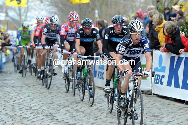 Stuart O'Grady leads the peloton along the Oude Kwaremont in pursuit..