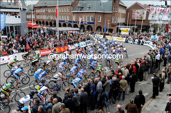 A slightly smaller peloton reaches Schoten four hours later for three finishing laps...
