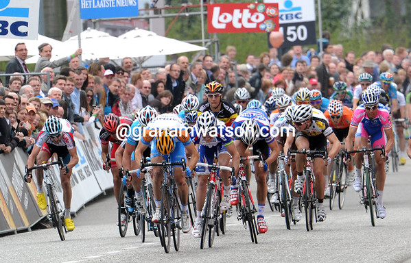 Tom Boonen has sat up in the sprint after leading Wouter Wylandt out - it's a dangerous move all the same..!