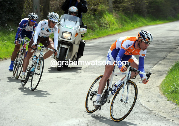 Bram Tankink is starting a new chase on the descent to the Meuse valley...