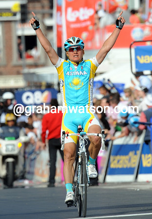 Alexandre Vinokourov wins Liege-Bastogne-Liege after attacking Kolobnev in the last kilometre...