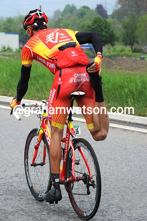 Ruben Plaza is stretching before the first big climb - right leg first...