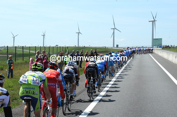 The Giro reaches the windswept coastline with 100-kilometres to go, stand by for action..!
