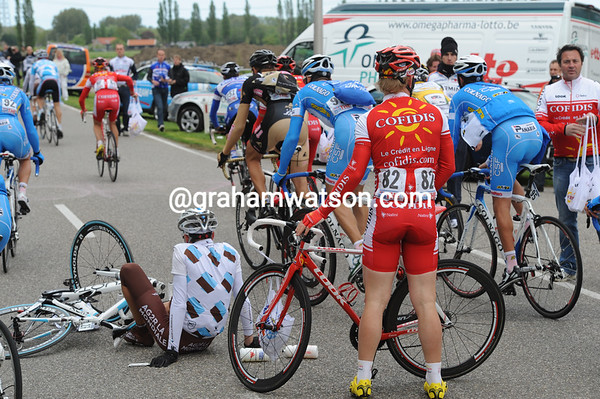 First crash of the day has caught out Guillaume Blot and Rene Mandri in the feed-zone...