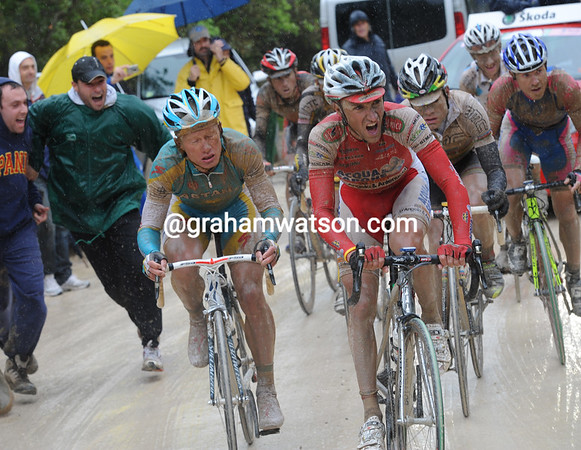 Garzelli has got across to the leading group on the first 14% section...