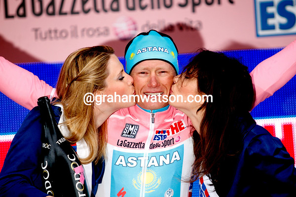 Alexandre Vinokourov says hello again to the Maglia Rosa...