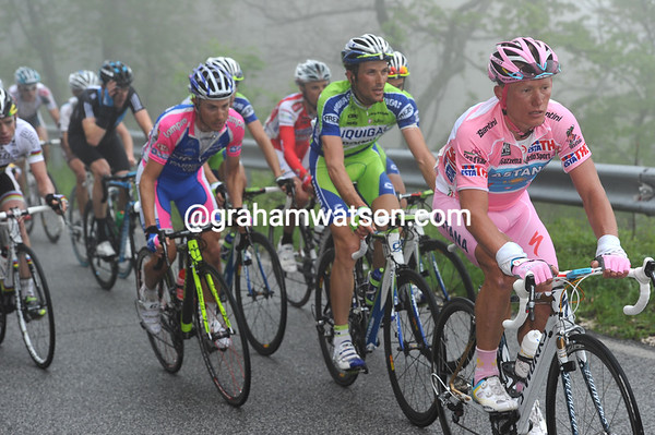 Alexandre Vinokourov looks composed with Basso and Cunego right behind and looking anything but composed...