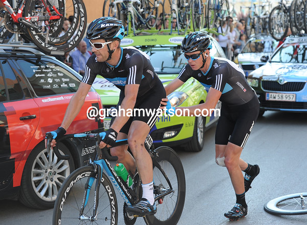 Froome uses up his last energy of the day by donating his front wheel and then giving Henderson a mighty push...