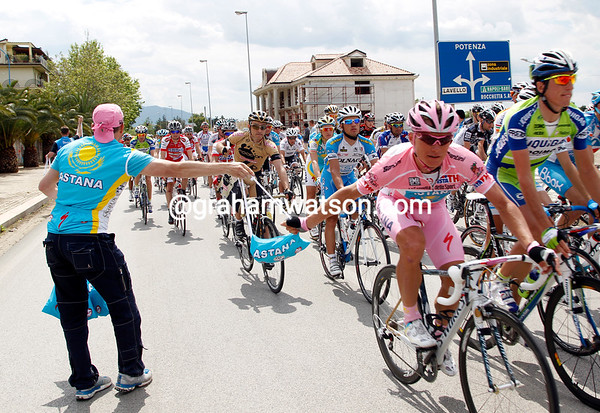 The most difficult task for Vinokourov today is to grab his feed-bag...