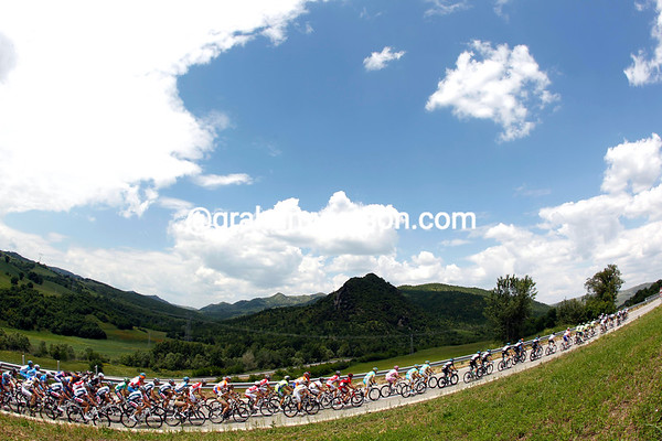 The peloton settles down in peaceful countryside as the escape pulls away...