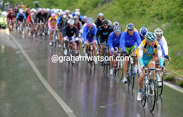 The peloton is getting soaked as well on the main climb - but this is a group of just 50 riders now...