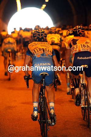 The peloton enters the first tunnel, not imagining the day that awaits everyone..!