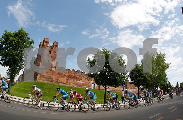 The peloton are halfway through the stage, passing through Castelfranco Veneto towards the mountains...