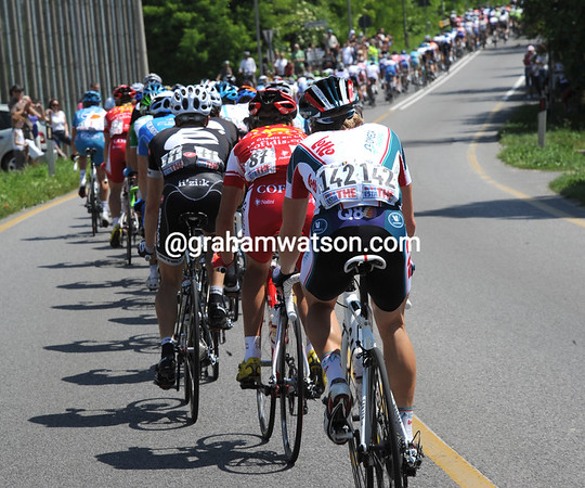 The peloton chases hard at first, so hard that Jan Bakelandts is in trouble at the back - with his bad back..!