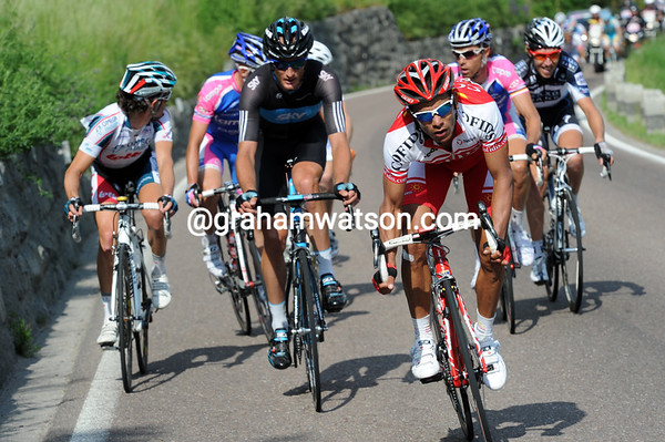 Leonardo Duque leads a move now - the 19 riders are splitting up in the last 15-kilomeres...