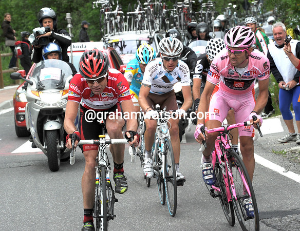 Evans and Arroyo seem to be in discussion, or is not right about their chase group - Vinokourov and Gadret appear to be unwanted passengers...