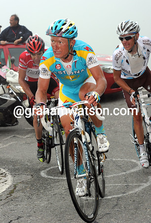 Vinokourov, Evans and Gadret are about 50-seconds down with four-kilometres of the Mortirolo left...