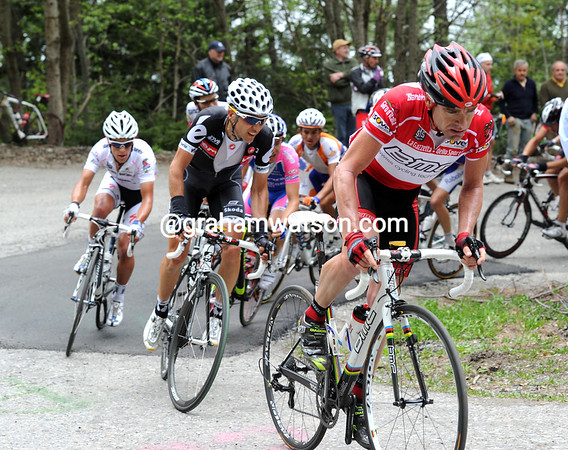 Evans is just behind the Liquigas train on the climb - he looks comfortable with the pace...
