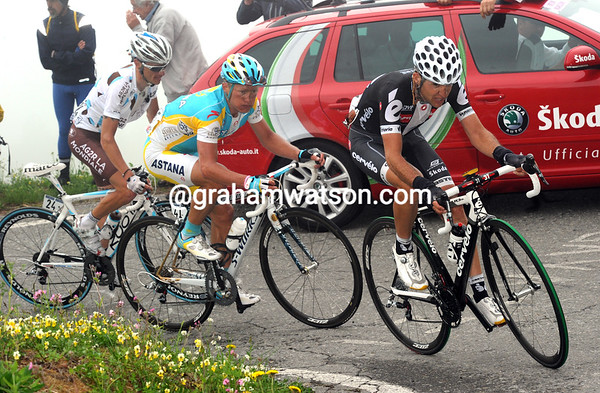 The first chasers are led by Sastre, Vinokourov and Gadret - Evans is just behind them now...