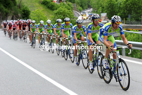 The complete Liquigas team chases hard up the Passo Aprica...