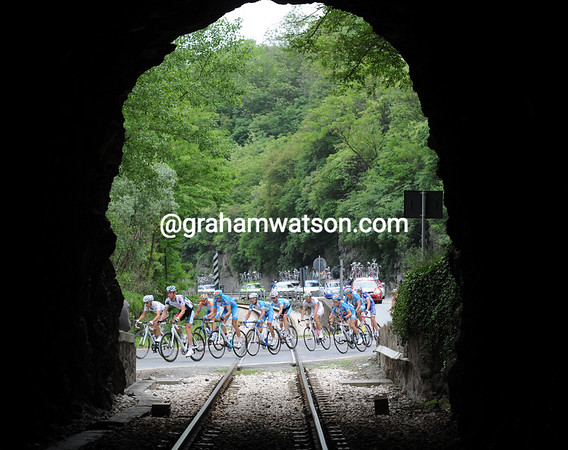 The peloton crosses its fifth railway lines of the day! And they have a seven minute gap to close...