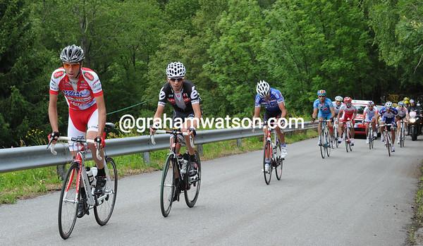 Francesco Failli is splitting the escape as it starts the horrible ascent of Santa Cristina with a four minute lead...