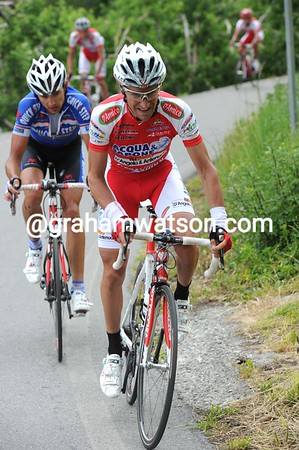 Garzelli attacks right away - he is heading for another stage-win..!