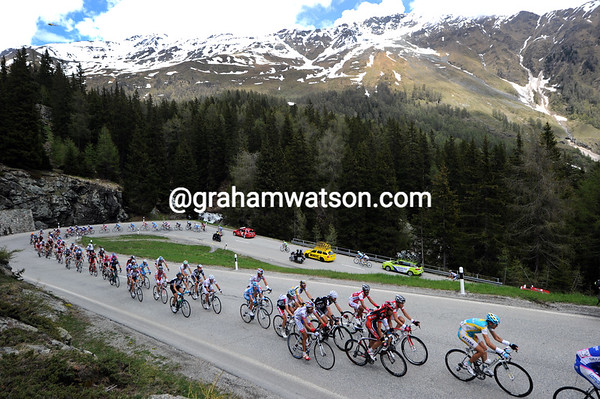The peloton is not slowing down on the Forcola di Livigno, they're within a few minutes of the escape that has lost Martin and several others...