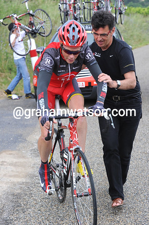 """""""Why not change the bike as well?"""", Horner suggests - and he's still got one shoe covered..!"""