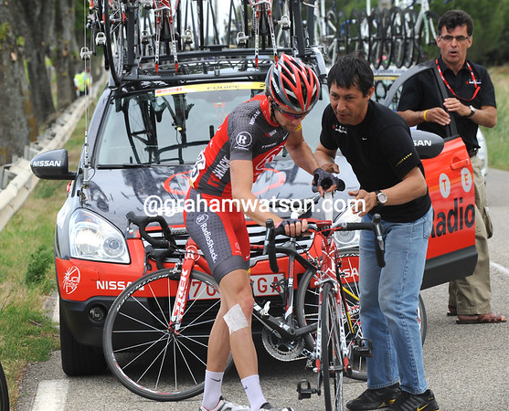 LeQuatre stops again a few minutes later to change to another bike...
