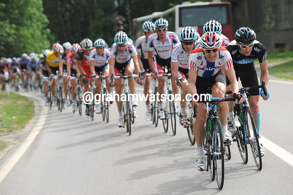 Team Sky have started to chase instead of Saxo Bank - the lead of the escapers is coming down now...