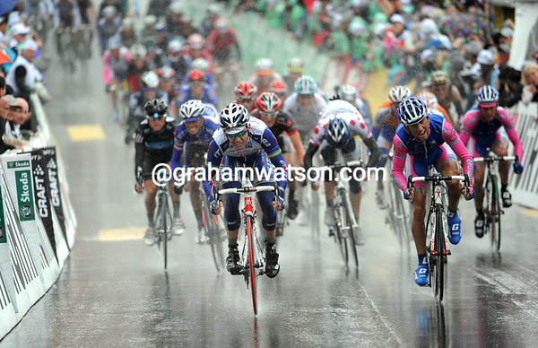 Robbie McEwen wins the sprint for 4th place, with Tony Martin safely assured of his race-leadership...