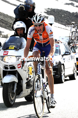 Gesink is giving his all towards the summit - he leads by about 50-seconds...