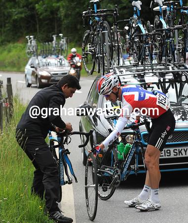 Kurt-Atle Arvesen needs a bike change on the long decent - his Sky mechanic obliges...