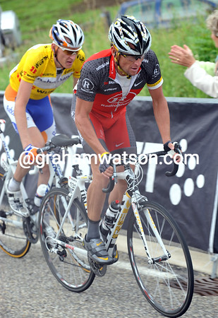 Armstrong leads Gesink as he closes the gap to another attack...