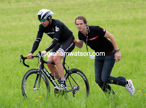 Despite the push from Cervelo's PR manager, Hunt finished 13-minutes down and was outside the time limit today..!