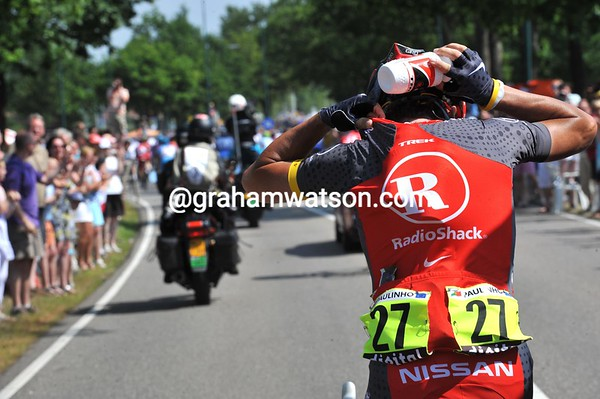 Last drinks - Sergio Paulinho loads up with bottles of cool water...
