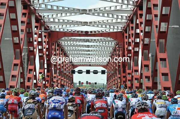The peloton saunters across an iconic bridge between Rotterdam and Hoogvliet...