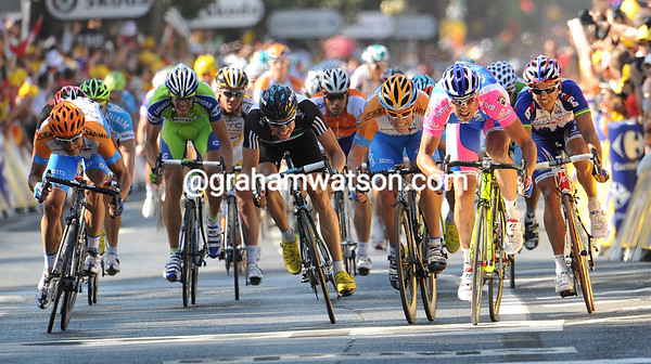 The sprint is under Petacchi's dominance, with Cavendish well out of it...