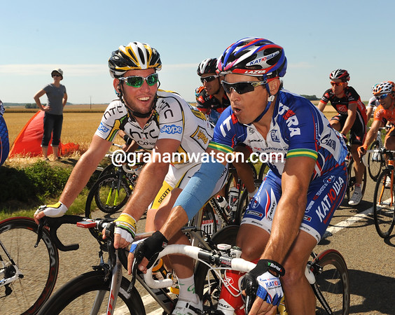 Mark Cavendish and Robbie McEwen are discussing the day's sprint finale - it's a big day for them both..!