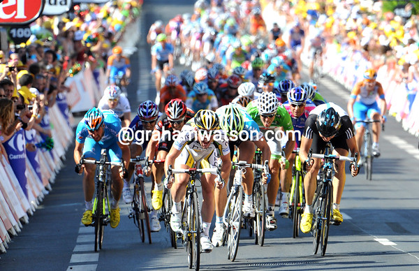 The sprint has a clear leader, and it's not Petacchi today..!
